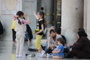 Niños jugando en una mezquita Omeya en Damasco