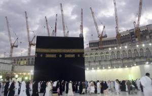 Grúas de construcción en el fondo mientras peregrinos hacen 'umra en Meca