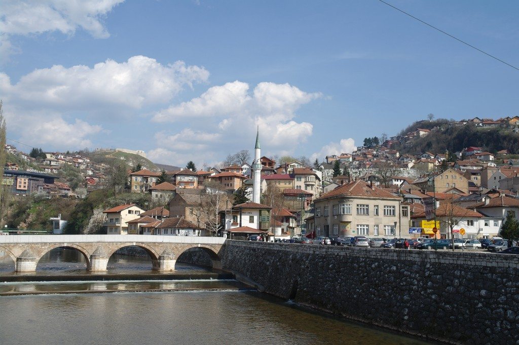Puente y mezquita en el centro de Sarajevo