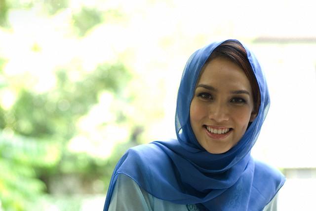 Mujer musulmana sonriendo
