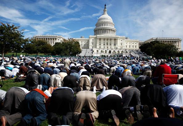 Musulmanes rezando en el Capitolio