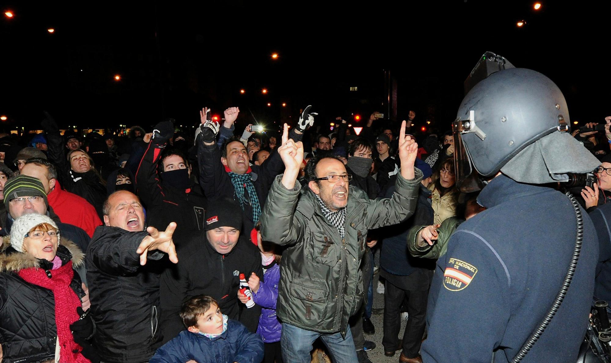 Vecinos del barrio de Gamonal, Burgos, protestan ante la policia