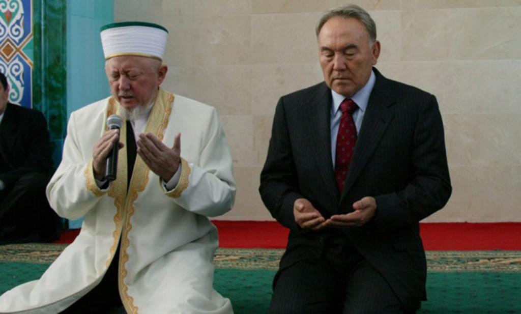 El Presidente, Nursultán Nazarbáyev, y el ex Mufti de Kazajistán