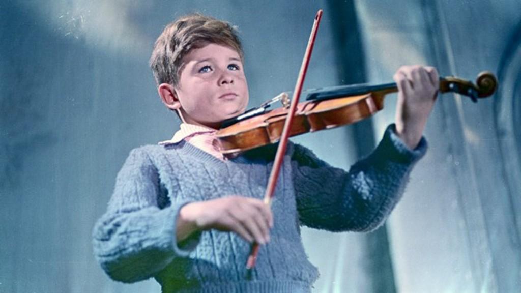 Fotograma de la película El violín y la apisonadora