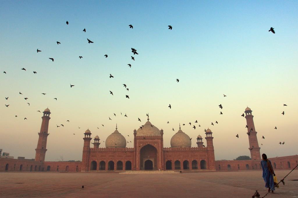 Badshahi Masjid, o 'Mezquita del Emperador', fue construida en 1673 por el emperador mogol Aurangzeb en Lahora.