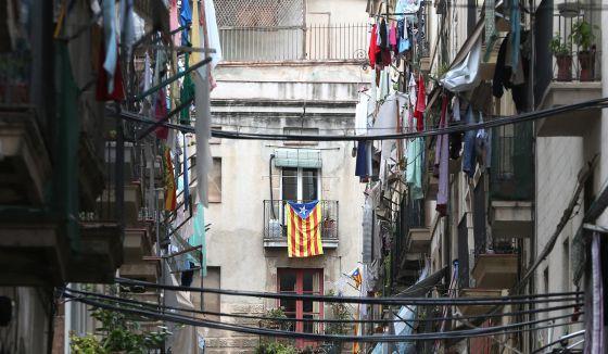 Una calle de Barcelona, la víspera de la consulta soberanista del 9-N. / ALEJANDRO RUESGA