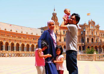 Ibrahim con su familia en la Plaza de España de Sevilla